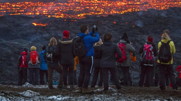 Mengutip Metro, semburan gunung berapi Fahradaslfjall di lembah Geldigadalur, 40 km dari Reyjavik, Islandia memuntahkan lava cairnya. Menurut para ahli, letusan ini tak berbahaya.