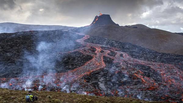 Untuk itu, wisatawan justru mengabadikan aliran lahar panas di lereng gunung lewat jepretan kamera. Bahkan salah satu dari mereka menerbangkan drone hanya beberapa meter di atas lava.