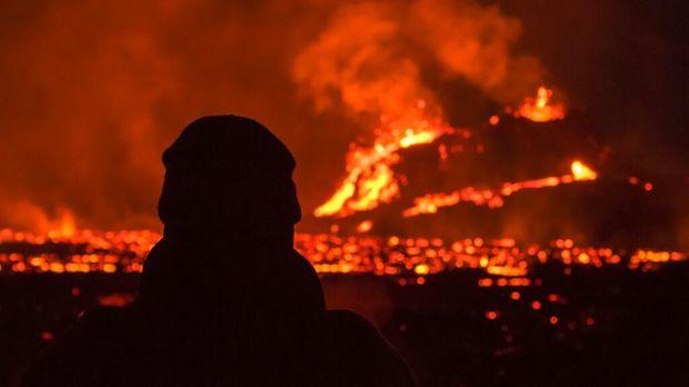 Lahar panas yang muncul di gunung berapi Fahradaslfjall, Islandia, menarik perhatian warga. Wisatawan pun berbondong-bondong melihat letusan gunung tersebut.