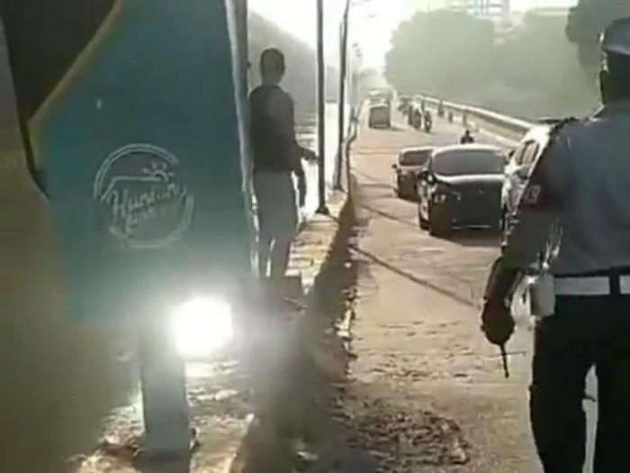 Viral Pria Rusak Rambu Lalu Lintas di Bekasi