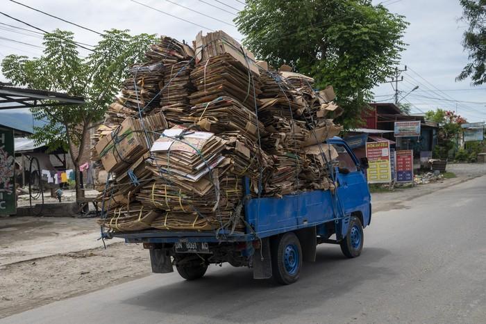 Sebuah kendaraan melintas dengan angkutan barang yang melebihi kapasitas di salah satu ruas jalan, di Palu, Sulawesi Tengah, Sabtu (27/3/2021). Selain membahayakan pegendara itu sendiri, aksi tersebut juga bisa mengakibatkan bahaya bagi pengguna jalan lainnya.. ANTARAFOTO/Basri Marzuki/hp.
