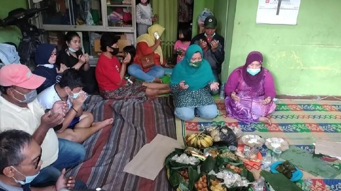 Nesa Alana Karaisa atau Ara yang hilang sejak 5 hari lalu ditemukan di Pasuruan. Kepulangan putri kedua pasangan Tri Budi Prasetyo dan Safrina Anindia Putri itu disambut sukacita oleh keluarga dan warga setempat.