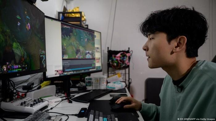 Kim Min-kyo berprofesi sebagai game streamer, yaitu seseorang yang merekam permainan game online dan menayangkan secara langsung melalui platform live streaming di internet