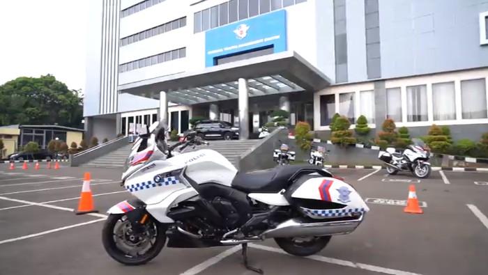 Polri menggunakan motor BMW K 1600 B edisi Bagger yang digunakan khusus untuk pengawalan Very Very Important Person (VVIP), yakni presiden dan ibu negara. Ini merupakan kendaraan yang mewah dan luar biasa dengan kemampuan sangat dinamis. Seperti apa kecanggihannya?