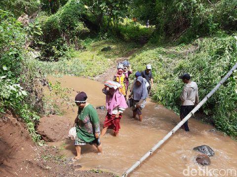 Diduga karena pondasinya tergerus aliran sungai, jembatan di Situbondo ambrol. Jembatan ini di Desa Kedunglo, Kecamatan Asembagus.