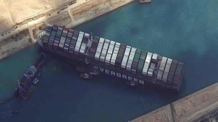 Insiden kapal kontainer raksasa yang terjebak di jalur perairan strategis Terusan Suez diperkirakan akan berlangsung selama berminggu-minggu ke depan.