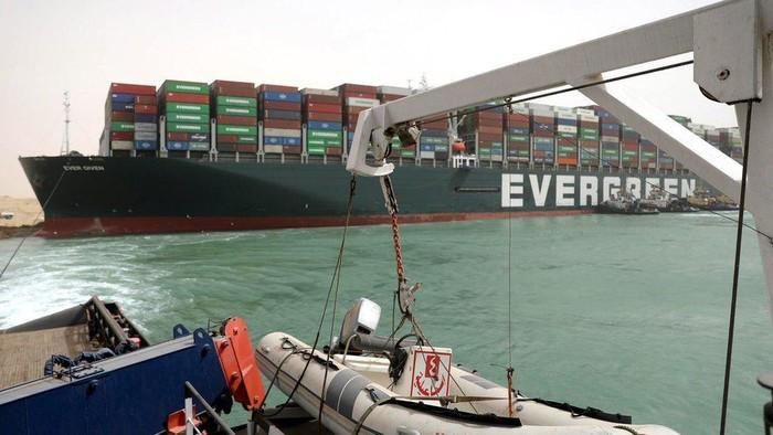 Kapal raksasa tersangkut di Terusan Suez: Dapat segera dilepaskan, kata pemilik kapal