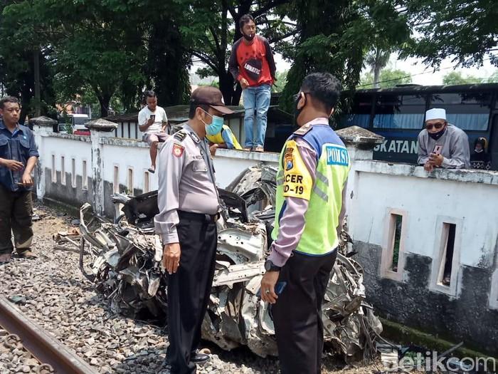 Sebuah MPV tertabrak kereta di Lamongan. Dalam kecelakaan di perlintasan kereta api tanpa palang pintu itu, dua orang tewas.