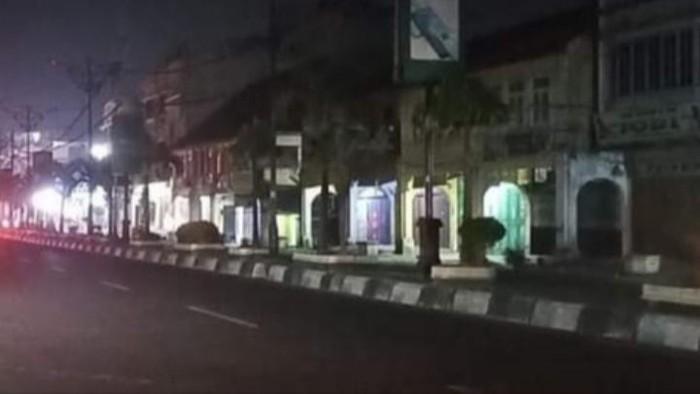Lampu jalan di Rantauprapat, Labuhanbatu, mati saat malam hari (Ahmad FIM-detikcom)