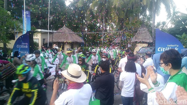 Pelepasan peserta event sepeda di Mandalika, Sabtu (27/3)