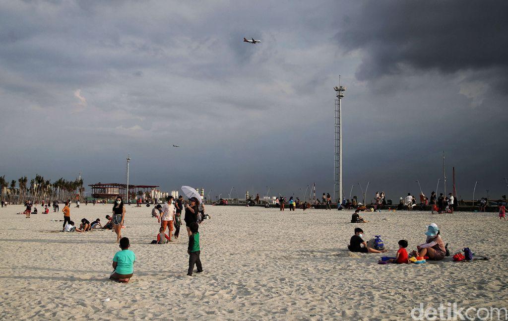 Nama Pantai Pasir Putih di kawasan Pantai Indah Kapuk tengah populer di kalangan traveler. Yuk, lihat lagi keseruannya!.