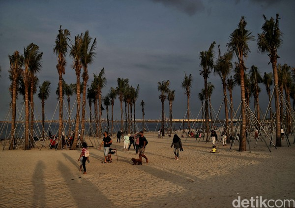 Pantai Putih PIK 2 menjadi salah satu wisata pantai favorit warga Jakarta. Di sana pemadangannya mirip dengan pantai di California. (Rachman_Foto)