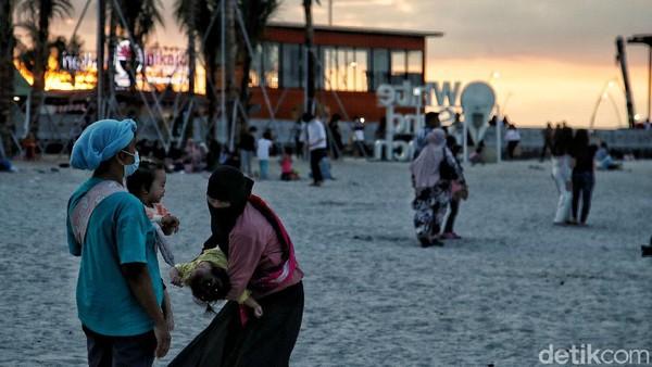Kepala Dinas Penanaman Modal dan Pelayanan Terpadu Satu Pintu (DPMPTSP) Kabupaten Tangerang, Nono Sudarno mengatakan setelah dilakukan pengecekan proses perijinan pembangunan pantai buatan itu sudah lengkap