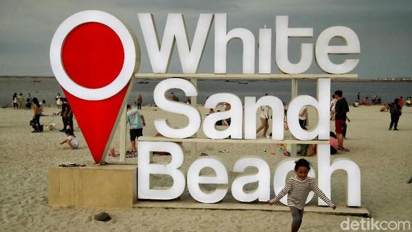 Mungkin masih ada traveler yang belum tahu perihal lokasi Pantai Pasir Putih ini persisnya, apakah berada di PIK atau PIK2. Faktanya, pantai yang satu ini berada di kawasan PIK2.