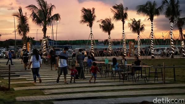 Salah satu spot terbaik di tempat ini adalah, dapat makan sambil menikmati suasana Pantai dan matahari tenggelam.