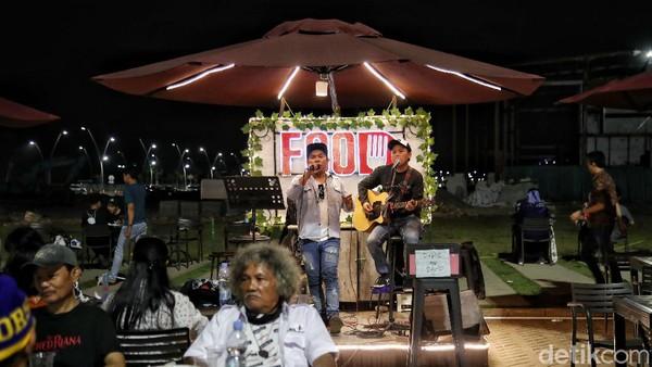 Dan setiap malam akan di suguhkan penampilan live musik di food court itu.