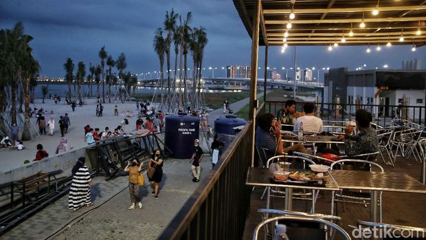 Memandang matahari terbenan tidak lengkap rasanya bila tidak ngemil. Nah, Pantai PIK 2 juga menyediakan sejumlah food court lho.