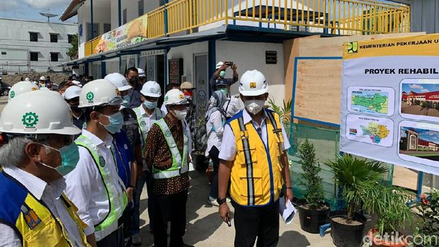 Menteri PUPR Basuki Hadimuljono meninjau proyek Pasar Legi, Solo, Jawa Tengah, Sabtu (27/3/2021).