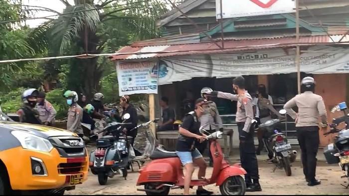Polis bubarkan acara komunitas vespa di Luwu Timur, Sulsel.