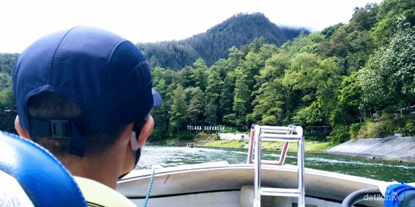 Berkeliling telaga dengan speedboat