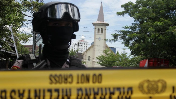 Ledakan bom bunuh diri di depan Gereja Katedral Makassar, Sulsel, tewaskan 1 orang yang diduga pelaku bom bunuh diri. Selain itu, 14 orang dilaporkan terluka.