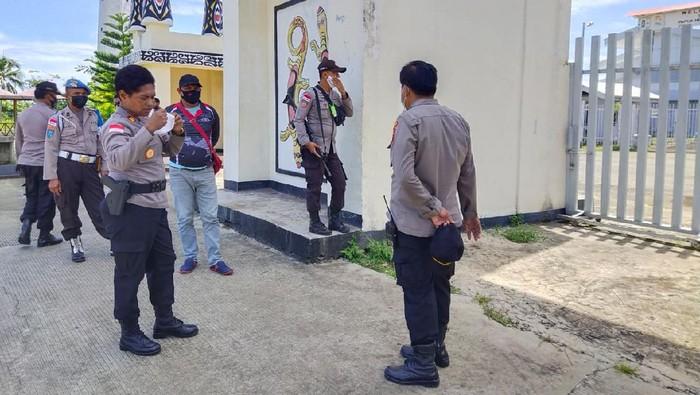 Anggota Polisi Jaga Pintu Gerbang Perbatasan RI-PNG di PLBN Skou (Foto: dok. Istimewa)
