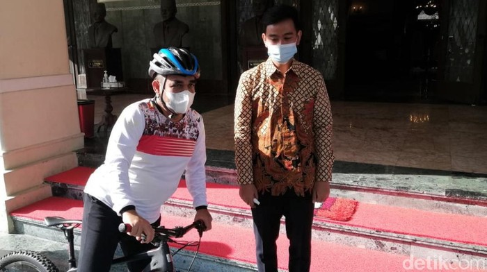 Sekjen Gerindra Ahmad Muzani bertemu dengan Wali Kota Solo Gibran Rakabuming Raka. Pertemuan itu dilakukan di rumah dinas Gibran yakni di Loji Gandrung.
