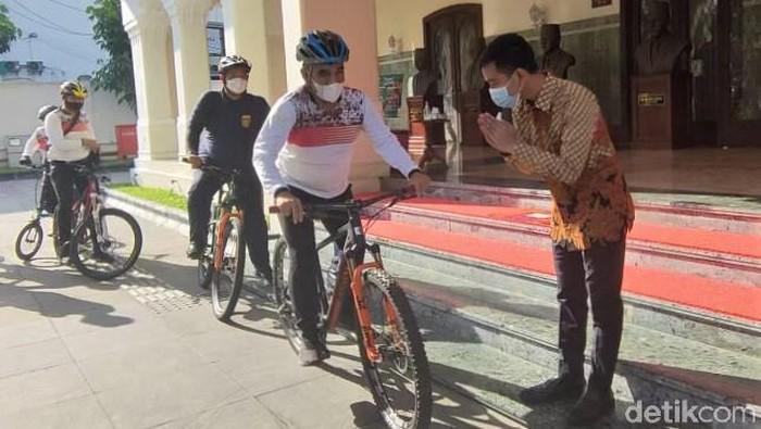Sekjen Gerindra Ahmad Muzani bertemu dengan Wali Kota Solo Gibran Rakabuming Raka. Pertemuan itu diketahui membahas Pilgub DKI Jakarta 2024.