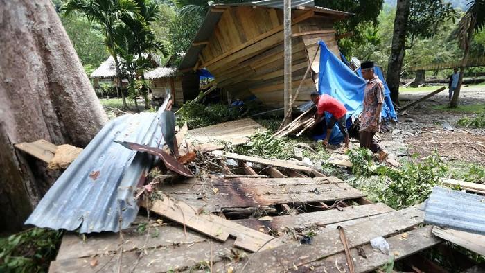Banjir bandang yang melanda Aceh Besar pada Sabtu (27/3) lalu merusak puluhan bangunan. Berikut potret dampak kerusakan banjir bandang di Aceh Besar.