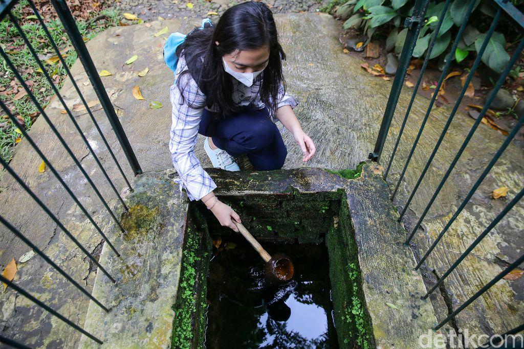 Cai Kahuripan di Kebun Raya Bogor