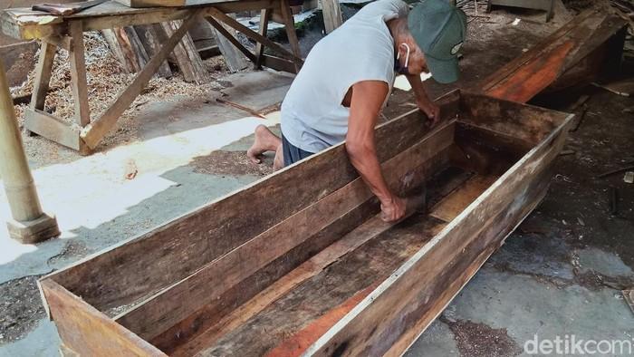Penjualan peti mati mengalami peningkatan permintaan di masa pandemi COVID-19. Hal itu turut dirasakan para perajin peti mati di Klaten, Jawa Tengah.