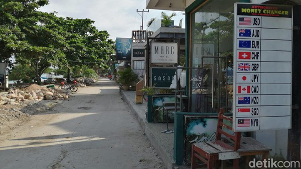 Jalanan di Gili Trawangan yang sepi. Tiada turis, hanya tampak pengerjaan pelebaran jalan dan penataan infrastruktur. (Wisnu/20detik)