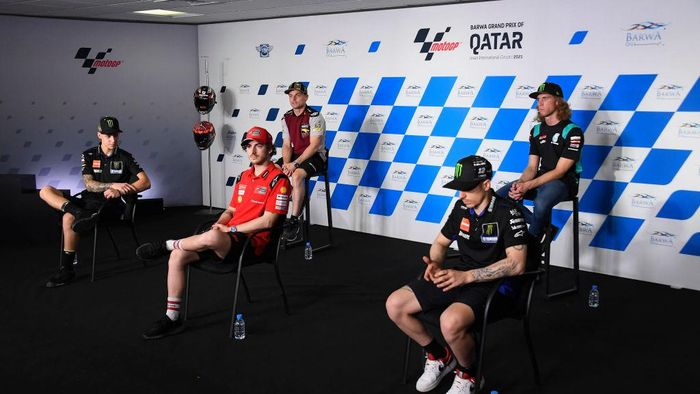 DOHA, QATAR - MARCH 27: (L-R) Fabio Quartararo of France and Monster Energy Yamaha MotoGP Team,  Francesco Bagnaia of Italy and Ducati Lenovo Team, Sam Lowes of Great Britain and Elf Marc VDS Racing Team, Maverick Vinales of Spain and Monster Energy Yamaha MotoGP Team and Darryn Binder of South Africa and Petronas Sprinta Racing pose during the press conference at the end of the qualifying practice during the MotoGP of Qatar - Qualifying at Losail Circuit on March 27, 2021 in Doha, Qatar. (Photo by Mirco Lazzari gp/Getty Images)