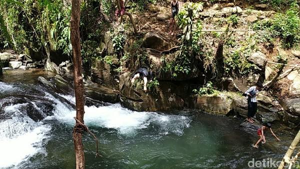 Dengan airnya yang jernih sampai ke dasar membuat siapa saja akan tertarik. Keindahan tempat ini bisa juga disebut bak surga tersembunyi di Ciamis.