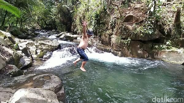 Bagi yang punya nyali, pengunjung pun bisa terjun bebas dari ketinggian lebih dari 5 meter ke dasar Leuwi Pamipiran.