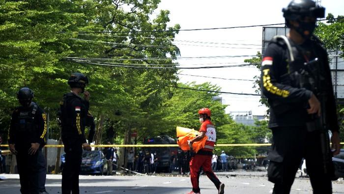 Polisi memeriksa area sekitar ledakan bom bunuh diri di depan Gereja Katedral Makassar. Pemeriksaan dilakukan untuk kumpulkan informasi terkait insiden tersebut