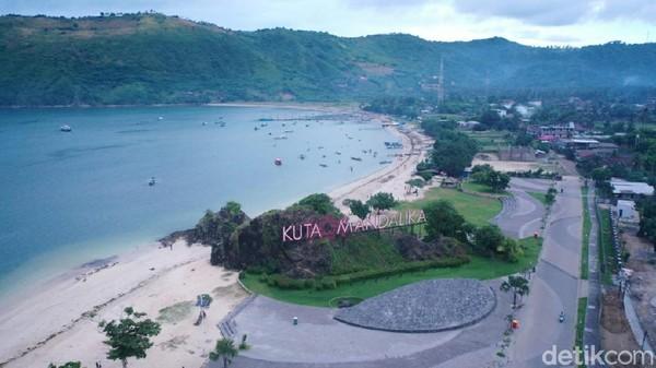 Pembangunan infrastruktur hotel juga dilakukan hingga persis di tepi pantai dengan ikon tulisan besar Kuta Mandalika (Wisnu/20detik)