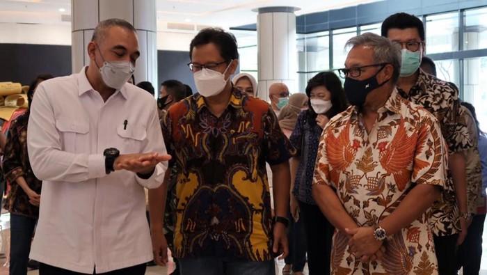 Menkes Budi Gunadi Sadikin meninjau pelaksanaan vaksinasi untuk warga lansia. Vaksinasi digelar di Mal Tangerang.