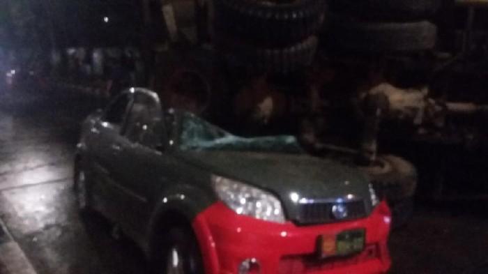 Mobil Dinas TNI tertimpa truk di bawah flyover Slipi, Sabtu (27/3/2021). Dok didatap dari Kasatlantas Wilayah Jakarta Pusat.