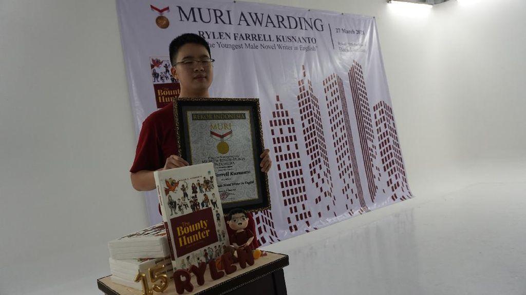 Bocah 15 Tahun Raih Penghargaan MURI Sebagai Penulis Muda Bahasa Inggris