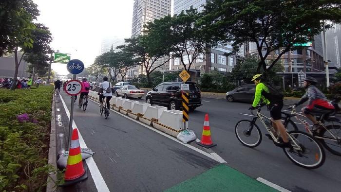 Pesepeda road bike di kawasan Sudirman, Minggu (28/3). (Foto: Wilda/detikcom)