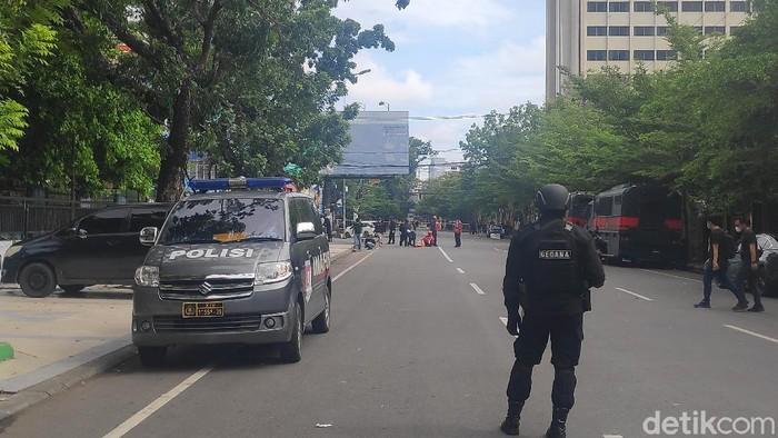 Polisi jaga ketat lokasi bom bunuh diri di depan Gereja Katedral Makassar (Taufiqurrahman/detikcom)