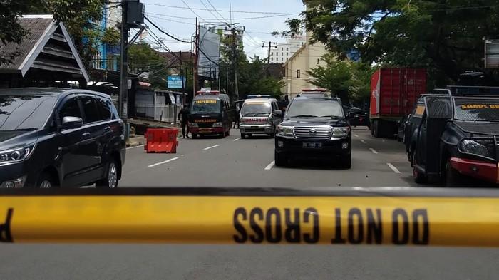 Polisi pasang police line di lokasi ledakan bom di Gereja Katedral Makassar, Sulsel