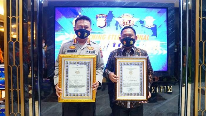 Polres Metro Bekasi menerima peghargaan atas terobosan tilang elektronik di Kabupaten Bekasi. Foto dikirim Kombes Hendra Gunawan