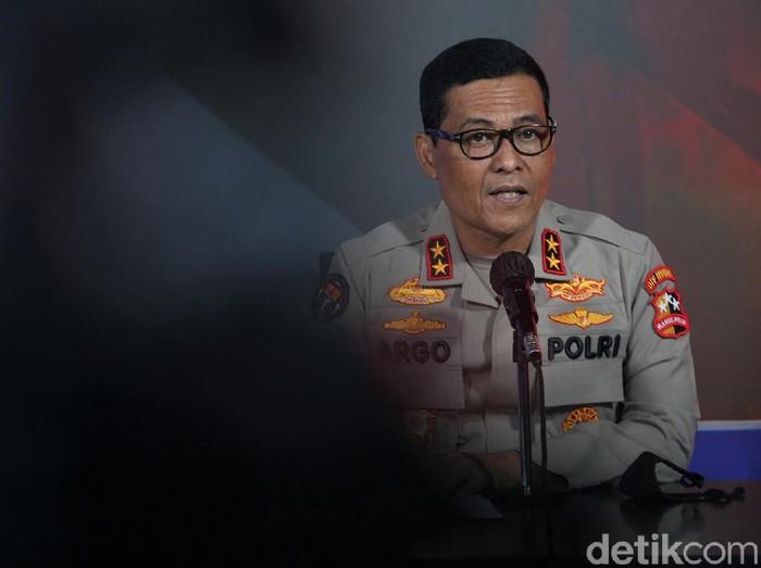 Kadiv Humas Polri Irjen Argo Yuwono menyampaikan pelaku bom bunuh diri di depan Gereja Katedral Makassar ada 2 orang. Para pelaku sempat dicegah memasuki Gereja