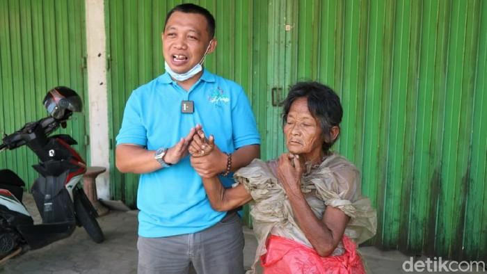 Pasutri di Kudus dedikasikan diri bantu ODGJ yang terlantar di jalan. Pasutri ini pun turut sebarkan video soal ODGJ agar dapat ditemukan pihak keluarganya.