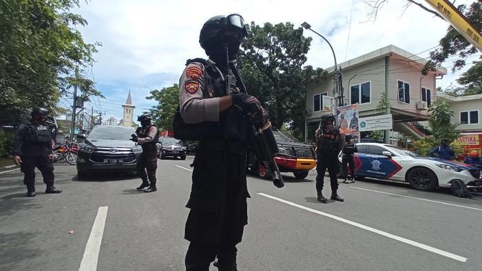 Sebuah ledakan bom bunuh diri terjadi di Gereja Katedral Makassar, Sulsel. Sejumlah petugas kepolisian pun bersiaga di area sekitar lokasi ledakan.