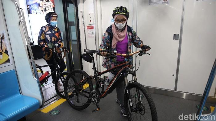 Sepeda nonlipat diizinkan naik kereta MRT sejak 24 Maret lalu. Meski begitu, ada sejumlah syarat yang harus diperhatikan para pesepeda. Apa saja syaratnya?