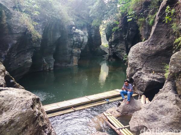 Objek wisata yang terbentuk dari aktivitas alamiah itu berada di kawasan PLTA Saguling, tepatnya Kampung Panyusupan, Desa Baranangsiang, Kecamatan Cipongkor, Kabupaten Bandung Barat. (Whisnu Pradana/detikcom)
