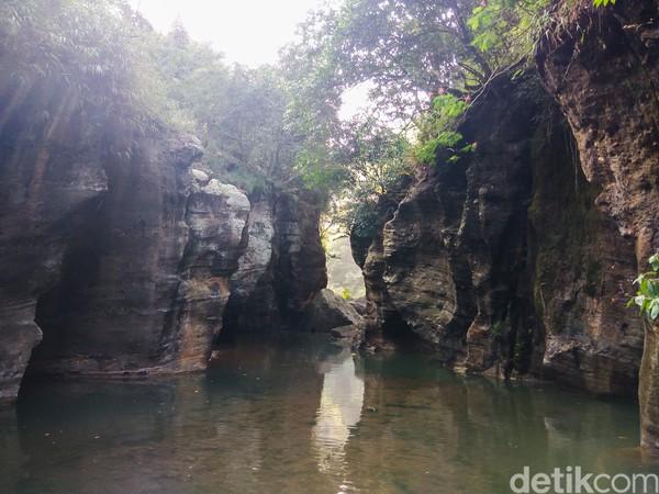 Sungai Cikahuripan sendiri disebut-sebut sebagai Green Canyon Bandung Barat namun masih kalah tenar dari Green Canyon di Pangandaran yang lebih banyak dikenal wisatawan. Namun tak salah juga menjajal Sungai Cikahuripan jika tak punya waktu luang untuk ke Pangandaran. (Whisnu Pradana/detikcom)